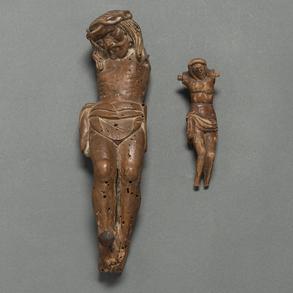 Conjunto de dos cristos crucificados en madera tallada. Siglo XVIII