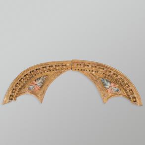 Tímpano compuesto por dos fragmentos en madera tallada y policromada. Trabajo Español , Siglo XVIII