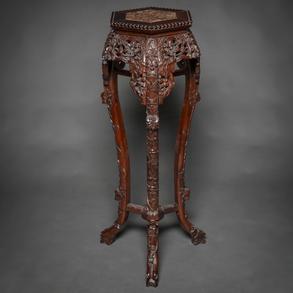 Peana China en madera tallada. Trabajo Chino, Siglo XIX-XX