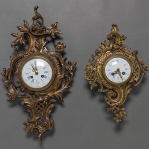 Conjunto de dos relojes Cartel estilo Luís XV en bronce dorado. Trabajo Francés Siglo XIX