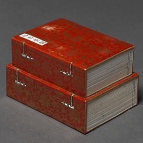 Caja libro en porcelana china de color rojo. Trabajo Chino, Siglo XIX