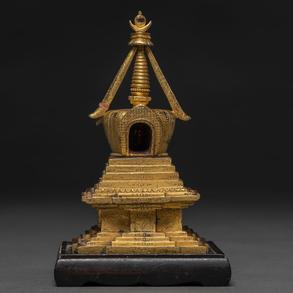 Estupa Tibetana dinastia Quing en bronce dorado. Siglo XIX