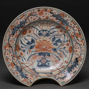 Bacía de barbero en porcelana china de compañía de Indias, influencia Imari. Siglo XVIII