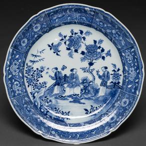 Gran fuente en porcelana china azul y blanca época Quianlong (1736-1795)