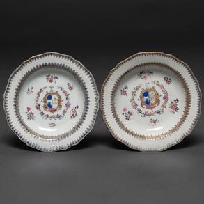 Pareja de platos blasonados en porcelana de compañía de Indias época Quianlong (1736-1795)
