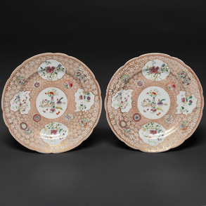 Pareja de platos en porcelana china familia rosa. Trabajo Chino, Finales del siglo XIX