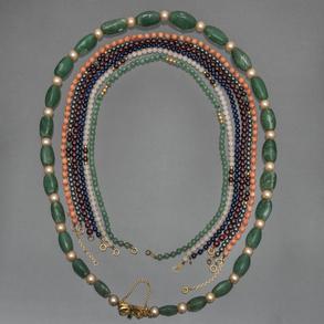 Conjunto de siete collares de piedras semipreciosas con cierres en oro amarillo de 18 Kt.