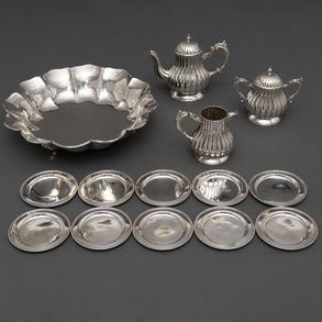 Conjunto de panera en plata portuguesa , conjunto de diez platillos de pan y conjunto de cafetera, Lechera y Azucarero. Siglo XX