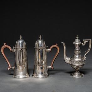 Conjunto de dos cafeteras realizadas en plata Inglesa punzonada y jarra en plata francesa repujada. Finales del Siglo XIX-XX