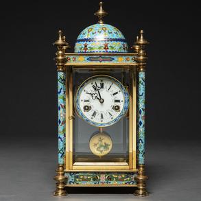 Reloj Chino en bronce dorado y esmalte cloisonné. Siglo XX