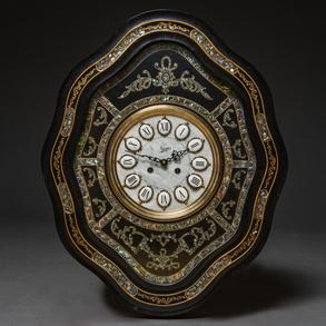 Reloj de ojo de buey de perfil mixtilíneo en madera ebonizado en negro. Siglo XX