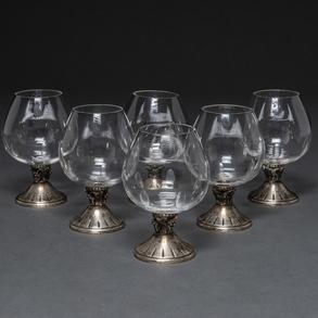 Conjunto de seis copas en cristal con base en plata con decoración de racimos de uvas. Siglo XX