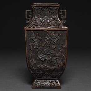 Jarrón Chino realizado en barro cocido y policromado en marrón, profusamente decorado con motivos florales. Siglo XX