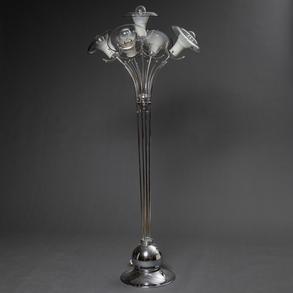 Lámpara de pie con estructura de metal cromado de cinco luces con tulipas de cristal en forma de flor. Años 70