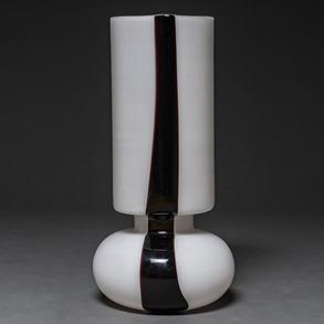 Lámpara de sobremesa en cristal de Murano color blanco con franja en negro. Italia, Siglo XX