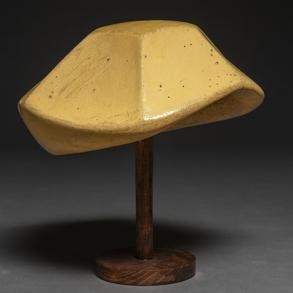 Molde para sombreros realizados en escayola policromada con base de madera. hacia1920-30