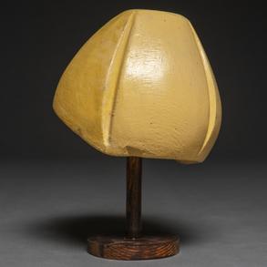 Molde para sombrero realizado en escayola policromada con base de madera. hacia 1920-30