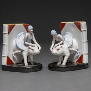 Pareja de Apoya libros realizados en porcelana esmaltada. Siglo XX