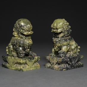 Pareja de leones Foó realizados en piedra de jade color verde espinaca. Trabajo Chino, Siglo XX