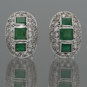 Pendientes tipo medias criollas en oro blanco de 18kt con pavé de brillantes con tres esmeraldas cada pendiente talla esmeralda