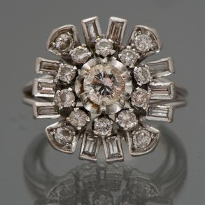 Bonita sortija montada en oro blanco de 18kt con diamantes talla brillante y talla baguette.