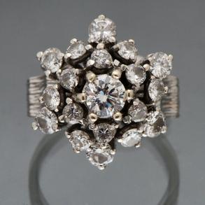 Sortija antigua montada en oro blanco de 18kt en forma de rosetón cuajado de diamantes talla brillante