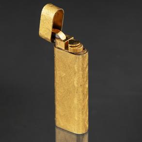CARTIER -Encendedor plaqué oro, París (128453) con decoración en textura mineral