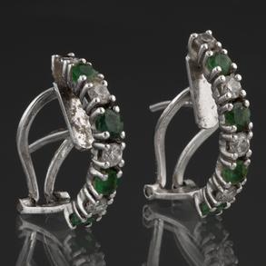 Pendientes medias criollas en oro blanco de 18kt intercalando diamantes y esmeraldas