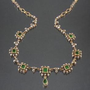 Antigua gargantilla en oro rosa y oro blanco de 18 kt con diamantes talla antigua en chatón y esmeraldas
