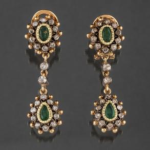 Antiguos pendientes largos estilo isabelino en oro de 18 kt con esmeraldas talla pera y talla oval y brillantes en chatón.