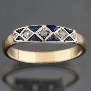 Anillo montado en oro amarillo de 18kt con banda de diamantes talla antigua y diamantes calibrados con esmeraldas