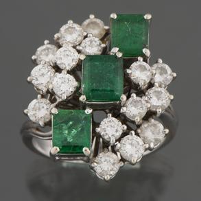 Sortija en oro blanco de 18 kt con tres esmeraldas talla princesa y diamantes talla brillante.