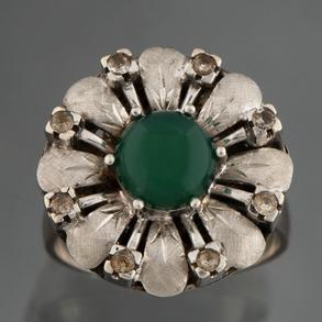 Sortija en forma de rosetón en oro blanco de 18kt con esmeralda cabujón en el centro orlado con 8 diamantes  talla brillante