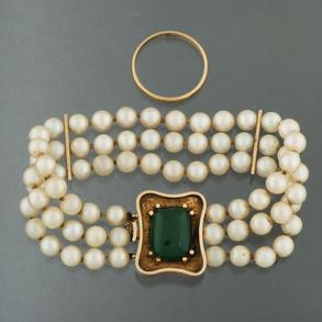 Conjunto de pulsera de tres hilos de perlas cultivadas con separadores y cierre en oro amarillo de 18 kt y alianza lisa en oro amarillo de 18 kt