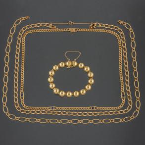 Conjunto de tres cadenas de eslabones en oro amarillo de 18kt y pulsera articulada en oro amarillo de 18kt.