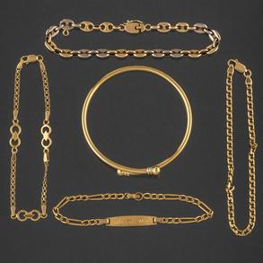 Miscelánea compuesto por cuatro pulseras de eslabones y pulsera flexible en oro amarillo de 18kt.