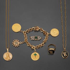 Conjunto de dos cadenas, anillo, cierre de collar y pulsera con tres monedas en oro amarillo de 18kt.