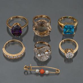 Conjunto de seis anillos y alfiler en oro amarillo de 18 kt.