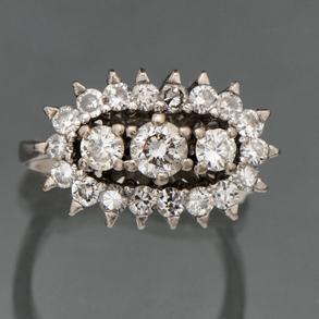 Sortija tresillo con montura calada en oro blanco de 18kt orlada con diamantes talla brillante