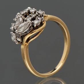 Anillo montado en oro amarillo de 18kt con diamantes talla brillante y talla naveta