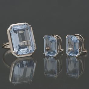 Conjunto de anillo y pendientes en oro blanco de 18 kt con topacios talla esmeralda