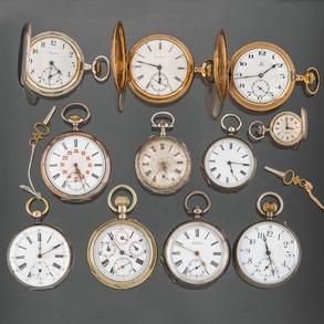 Conjunto de 9 relojes de bolsillo en plata punzonada de diversas marcas como Longines, Cartier y dos relojes de bolsillo marca Omega y Elgin , en metal dorado.