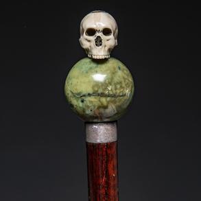 Bastón con empuñadura en forma de bola realizada en jade y calavera masónica en marfil tallado.
