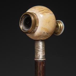 Bastón de doble uso con catalejo realizado en marfil, plata, madre perla, bronce dorado y madera.