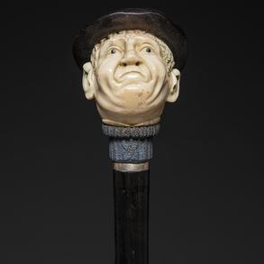 Bastón con empuñadura en forma de cabeza, realizada en marfil tallado.
