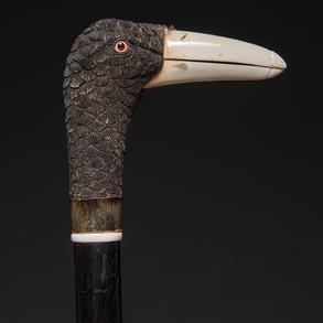 Bastón con empuñadura en forma de cabeza de pato realizada en madera tallada y marfil.
