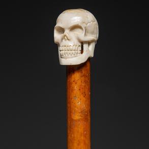 Bastón con empuñadura en forma de calavera realizada en hueso.