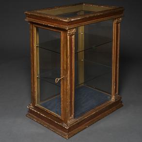 Mueble vitrina de corte neoclásico en madera tallada y dorada del siglo XX.