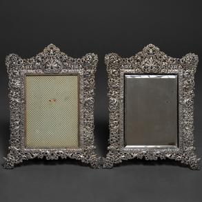 Conjunto de dos marcos de plata española punzonada repujada con motivos florales y cabezas de dragón