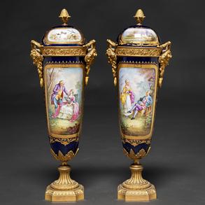 Pareja de copas en porcelana estilo Sévres  montadas en bronce dorado. Trabajo Francés, Siglo XIX-XX